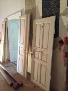 alte Türen in der Villa
